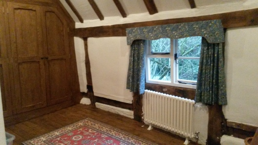 Cotswold cottage traditional shaped pelmet and curtains - Kemerton